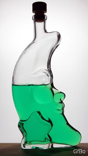 Una strana bottiglia a forma di mezzaluna.
